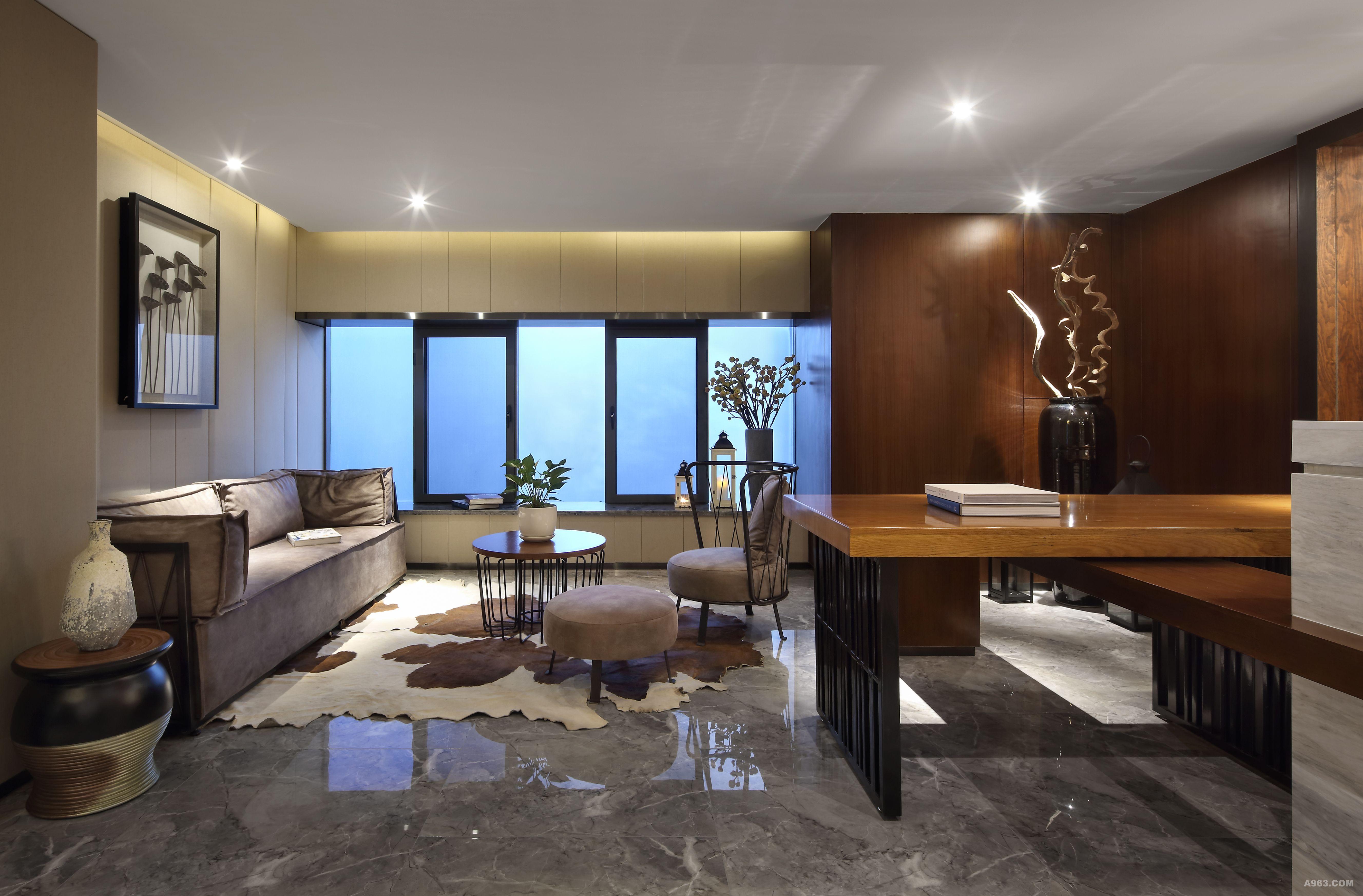 云傲装饰工程有限公司设计说明 区别于大装饰公司的高档奢华,该空间布局做了新的定义,用建筑的思维方式来考虑室内空间关系,通过空间的趣味性来替代无畏的装饰,自然形成好较为舒适的氛围;整体设计以新东方文化元素为主,中西组合的家具、陈设以及中国当代艺术品的巧妙装饰,呈现出静谧自然的中国东方美学气质;空间中一步一景,低调简单的哑光石材,原汁原味的钢板和圆钢管,质朴自然的木面材料……让人仿若置身旷阔林间。